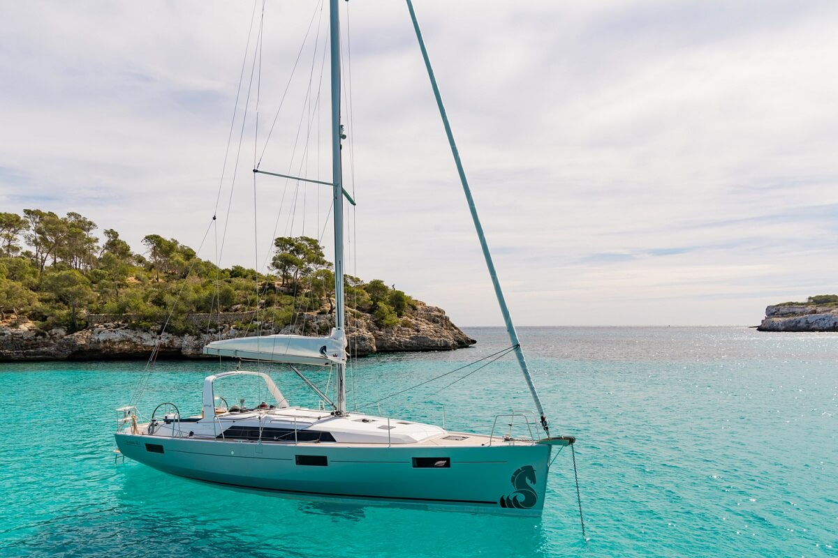Rent a sailboat Benneteau Oceanis 41.1 in  Mallorca. Sailing